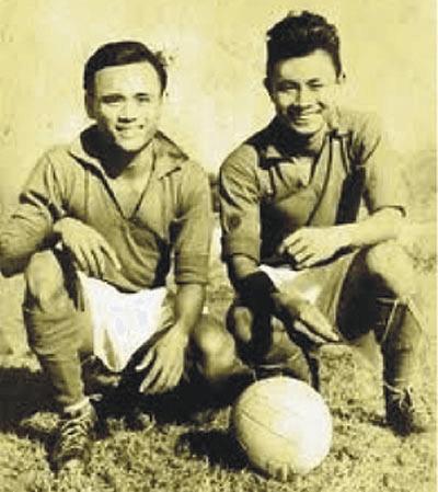 Tiền vệ Đỗ Thới Vinh, trái, chân sút thần sầu của đội bóng quốc gia một thời.