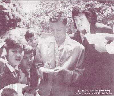 """""""Lưỡng thủ vạn năng"""" Phạm Văn Rạng ký tên tặng các thiếu nữ hâm mộ người Nhật."""