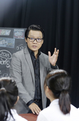 2. 18 thi sinh duoc cac Giam khao huong dan ky nang dan chuong trinh truoc khi buoc vao cuoc thi (9)