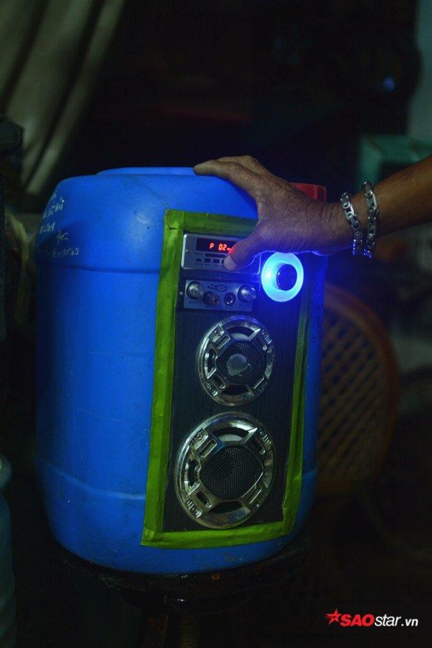 Chiếc loa phát nhạc được chế tạo từ thùng nhựa.