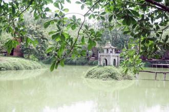 Khu du lịch nằm ở ấp 2, xã Vĩnh Tân, huyện Vĩnh Cửu, tỉnh Đồng Nai. Từ trung tâm Sài Gòn đến đây mất khoảng một tiếng. Ở đây có ba hồ nước xanh ngọc bích, hồ chính giữa có điểm nhấn là ngọn tháp, tựa như tháp rùa ở hồ Hoàn Kiếm, Hà Nội.