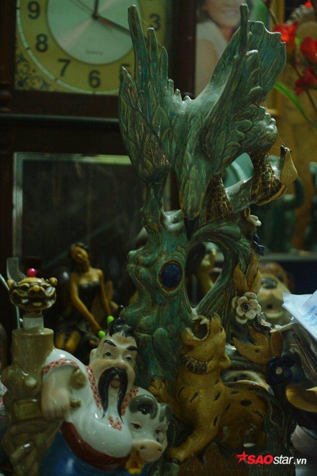 Những bức tượng cổ được ông Thơm lượm nhặt lại.
