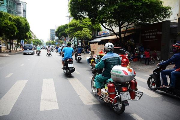 """Chiếc xe chữa cháy kiêm tủ sơ cứu di động này là phương tiện """"hành hiệp"""" của ông Thơm. Ngoài công việc thu gom rác tại địa bàn Q.5, ông còn được nhiều người biết đến là một """"hiệp sĩ đường phố"""", nhiều lần ra tay bắt cướp, sẵn sàng cứu người bị tai nạn trên đường, tham gia điều tiết giao thông... Ảnh: Hoài Nhân"""