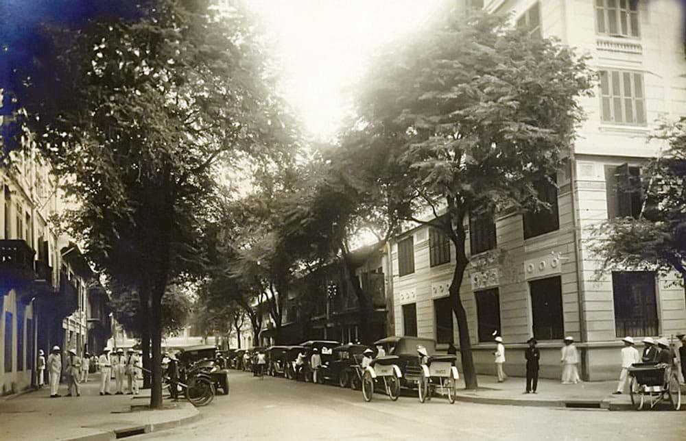 Sài Gòn 1925, bên trái là tòa nhà chi nhánh ngân hàng Hong Kong & Shanghai- Banking Corporation, bên phải là ngân hàng Pháp - Hoa (Banque Franco - Chinoise, BFC). Nguồn: L'Association des amis du vieux Huế, www.aavh.org/?p=4199 từ bộ sưu tập của Công ty Denis-Frères, một trong nhiều công ty ở Sài Gòn buôn bán lúa gạo và xuất nhập khẩu