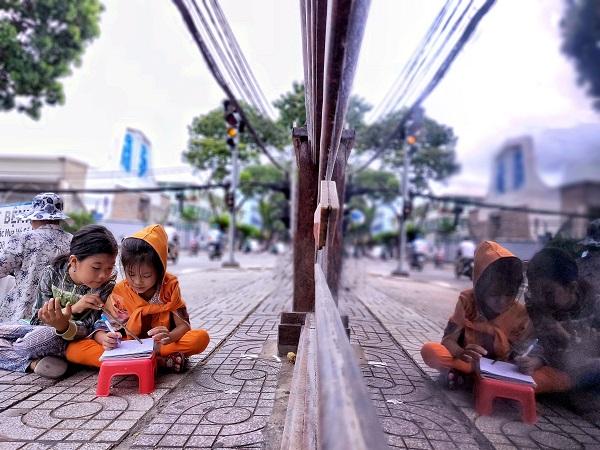 Bao năm qua, những con đường các em đi qua đã trở thành lớp học thân thương. Còn góc đường Tú Xương, Bà Huyện Thanh Quan (quận 3, TP.HCM) chính là mái nhà, nơi nuôi dưỡng ước mơ hoài bão của 2 chị em. Và khát khao về con chữ trở thành sức mạnh để 2 chị em Ngọc Phướng và Đa Đa vượt qua nghịch cảnh nghèo khó.