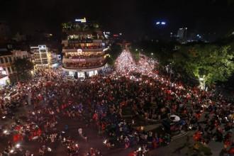 Quảng trường Đông Kinh Nghĩa Thục đông nghịt người.