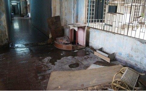 Những đồ đạc, vật dụng hư hỏng không thể sử dụng bị bỏ lại trong phòng càng làm cho căn chung cư trở nên quái dị và ma mị.