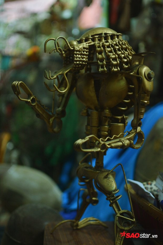 Con rô-bốt này lại chế tác từ buri, con tán, dây xích,… lắp ráp từng chút một.