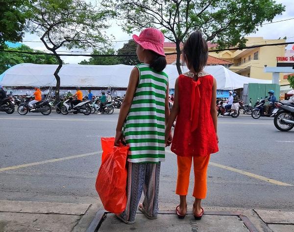 Năm 2009, bà Phạm Thị Hồng Sang, khi ấy 37 tuổi, xuống Sài Gòn chăm mẹ bệnh nặng. Thời gian này duyên phận đưa bà Sang gặp ông Huỳnh Văn Châu (54 tuổi), người đàn ông đã bỏ vợ tha phương về Sài Gòn mưu sinh. Không lâu sau đó, mẹ bà Sang qua đời vì bệnh tình trở nặng. Đến khi hết tang mẹ, bà Sang trở lại Sài Gòn tìm gặp ông Châu rồi kết duyên vợ chồng, nương tựa nhau và sinh ra 2 người con là bé Ngọc Phướng và Đa Đa.