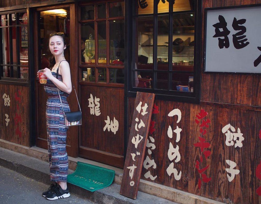 Nơi bạn dễ dàng cảm nhận một phố Nhật đặc trưng, với những hàng quán biển hiệu song ngữ. Ảnh: @bunbie_1994