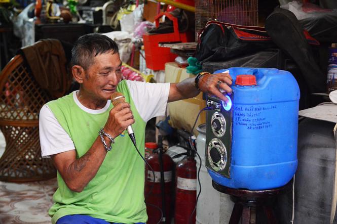 Chiếc thùng phuy này có thể phát nhạc, bắt radio, thậm chí karaoke như một chiếc loa di động hiện đại. Mỗi đồ vật đều được ông viết tên kèm ngày tháng tái chế cụ thể. ẢNH: HOÀI NHÂN