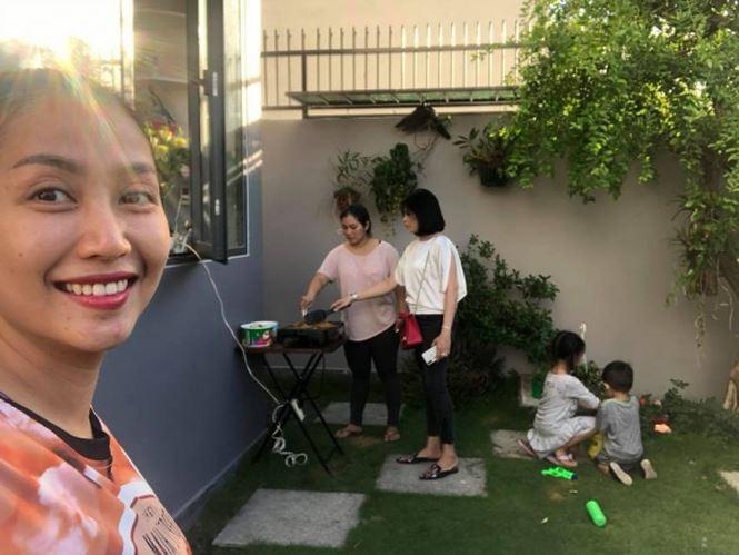 Biệt thự nhà Ốc Thanh Vân có khoảng sân vườn rộng rãi, thường là nơi tổ chức các bữa tiệc sum họp cùng người thân hay tiệc nướng ngoài trời cùng bạn bè.