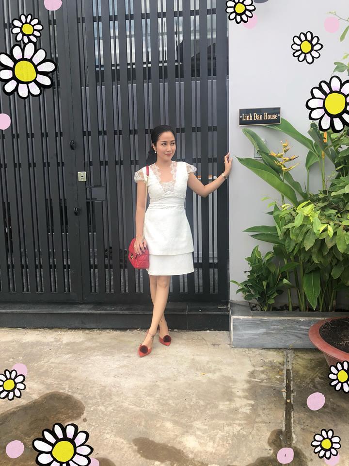 Trong ngày chuyển về nhà mới, Ốc Thanh Vân không kìm được xúc động và rơi nước mắt. Bởi trước đây, cô muốn xây nhà để đón bố mẹ về ở chung sau nhiều năm chia tay.