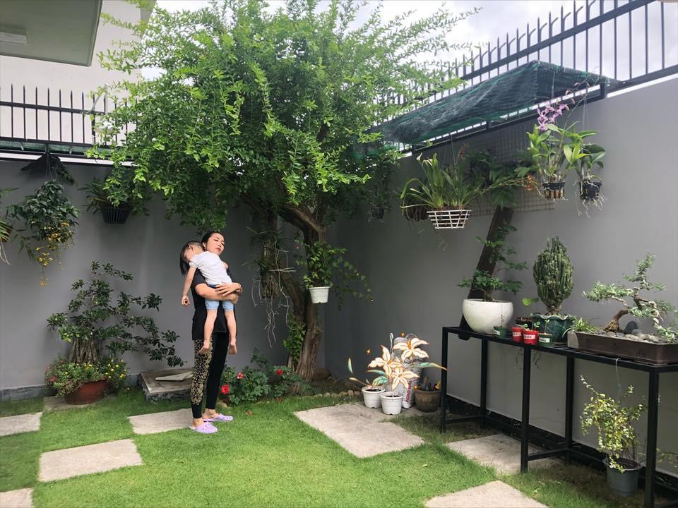 Thường xuyên chia sẻ những khoảnh khắc đầm ấm trong gia đình, Ốc Thanh Vân vô tình hé lộ những góc nhỏ trong căn biệt thự tiện nghi và xanh mướt hoa trái của mình.