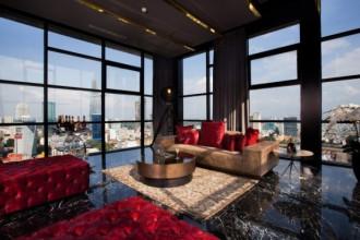 Căn penthouse được Trần Bảo Sơn tậu năm 2015, tổng diện tích hơn 300 m2, có giá khoảng hơn 200 tỷ đồng, 4 bề là kính, có thể phóng tầm mắt nhìn toàn cảnh quận 1