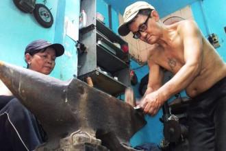 Dù không sinh ra trong một gia đình có truyền thống về nghề rèn, nhưng chính tình yêu, niềm say mê đã giúp ông Châu gắn bó suốt 34 năm qua.