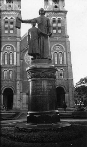 Tượng Giám mục Bá Đa Lộc với Hoàng tử Cảnh trước nhà thờ Đức Bà, ngày nay là tượng Đức Bà Hòa Bình. Ảnh tư liệu.