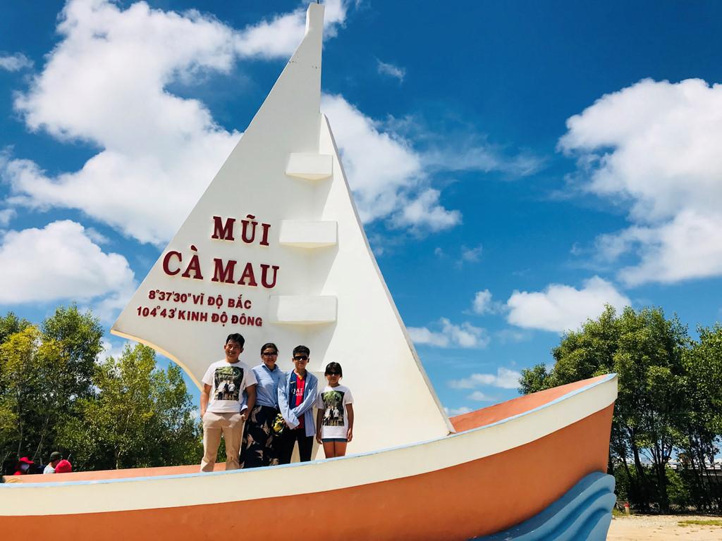 Những người đồng hành trong chuyến đi, chụp ảnh kỉ niệm tại Đất Mũi.
