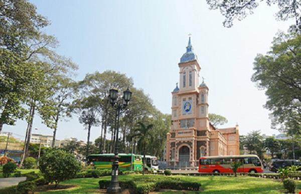 Nhà thờ Ngã Sáu trong khuôn viên cây xanh