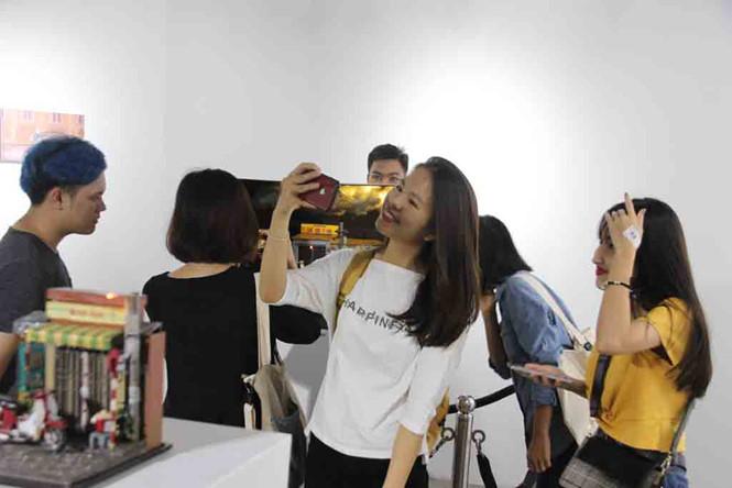 Bạn trẻ tới dự triển lãm chiều 10.8 LÊ NAM