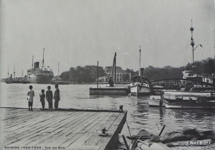 Cột cờ Thủ Ngữ nhìn từ bến Bạch Đằng, thập niên 1920. Ảnh tư liệu.