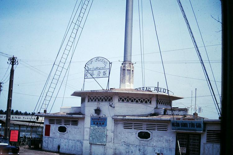 Quán rượu và nhà hàng dưới chân cột cờ Thủ Ngữ năm 1968. Ngày nay khu nhà này được dùng làm nhà truyền thống. Ảnh tư liệu.