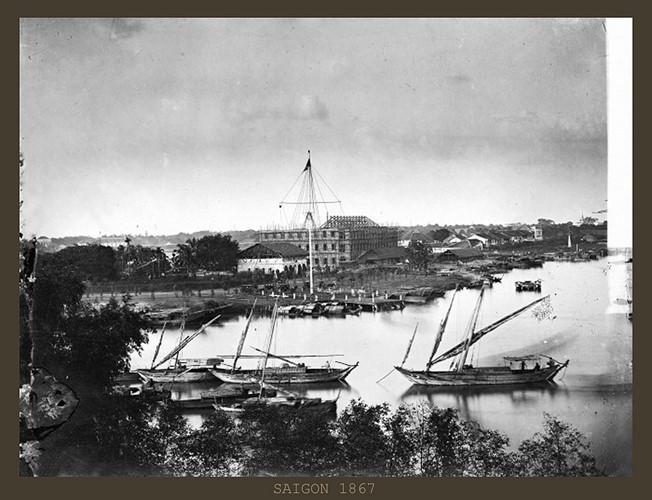 """Cột cờ Thủ Ngữ trong một bức ảnh chụp năm 1867. Cột cờ này nằm bên ngã ba sông Sài Gòn – kênh Bến Nghé, đối diện với bến Nhà Rồng. Tên gọi """"Thủ Ngữ"""" có nghĩa là điểm giữ cửa cảng. Ảnh tư liệu."""