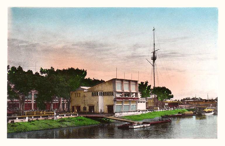Một bưu thiếp thập niên 1950 in hình CLB Du thuyền và cột cờ Thủ Ngữ. Công năng của cột cờ Thủ Ngữ là nơi treo cờ hiệu để cho tàu thuyền ra vào cảng biết là đã được vào ngay hay phải chờ đợi. Ảnh tư liệu.