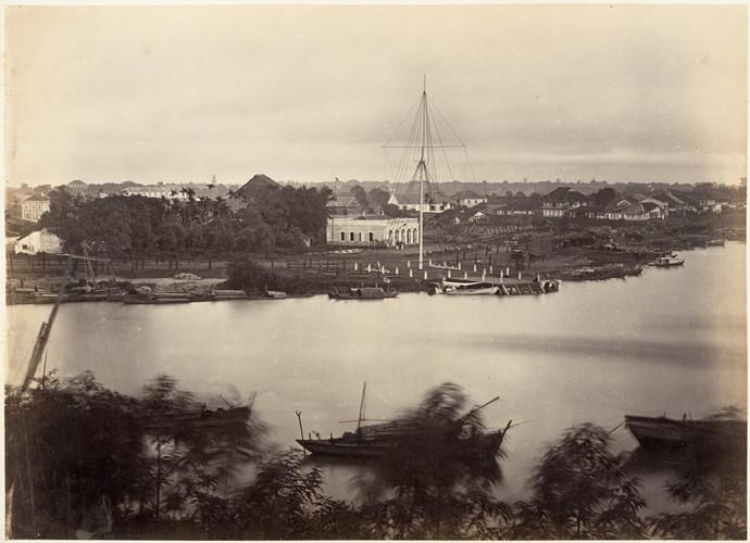 Một bức ảnh chụp cột cờ Thủ Ngữ năm 1866. Lúc này dưới chân cột cờ chưa có khu nhà bằng bê tông (xem hình trước). Ảnh tư liệu.