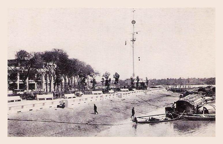 Cột cờ Thủ Ngữ nhìn từ kênh Bến Nghé, khoảng thập niên 1930-1950. Ảnh tư liệu.