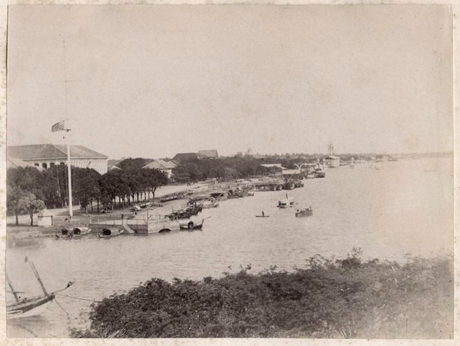 Sông Sài Gòn và cột cờ Thủ Ngữ, khoảng năm 1896. Ảnh tư liệu.