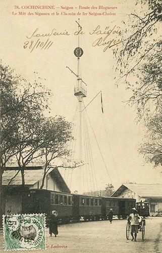 Đường sắt Sài Gòn - Chợ Lớn chạy qua cột cờ Thủ Ngữ, 1911. Ảnh tư liệu.