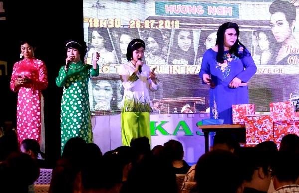 Đoàn lô tô Hương Nam hát trên nền nhạc dân tộc. Ảnh: M.Thuận