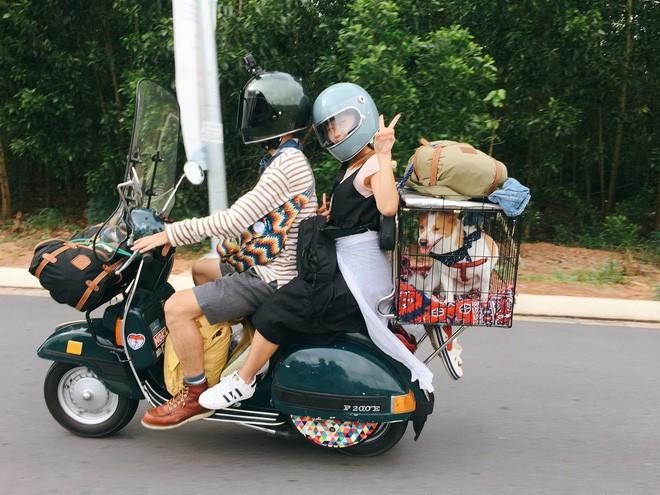 ong những bức ảnh của mình, Minh Trúc đã ghi lại những khoảnh khắc hành trình phượt bằng xe Vespa, phía sau đèo theo cô bạn gái và chú chó cưng khiến dân mạng thích mê.