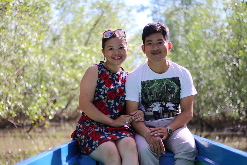 Một trong những trải nghiệm nên thử ở Đất Mũi là ngồi thuyền tham quan rừng ngập mặn.