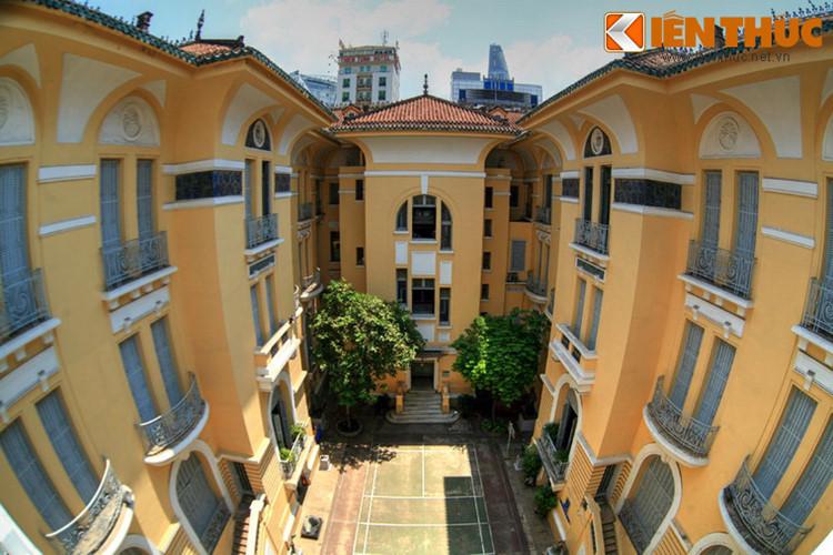 Do quy mô quá to lớn với nhiều phòng ốc nên người Sài Gòn còn gọi dinh thự của chú Hỏa là căn nhà 99 cửa. Đây có lẽ chỉ là con số tượng trưng. Số cửa thực tế của tòa nhà có thể còn nhiều hơn.