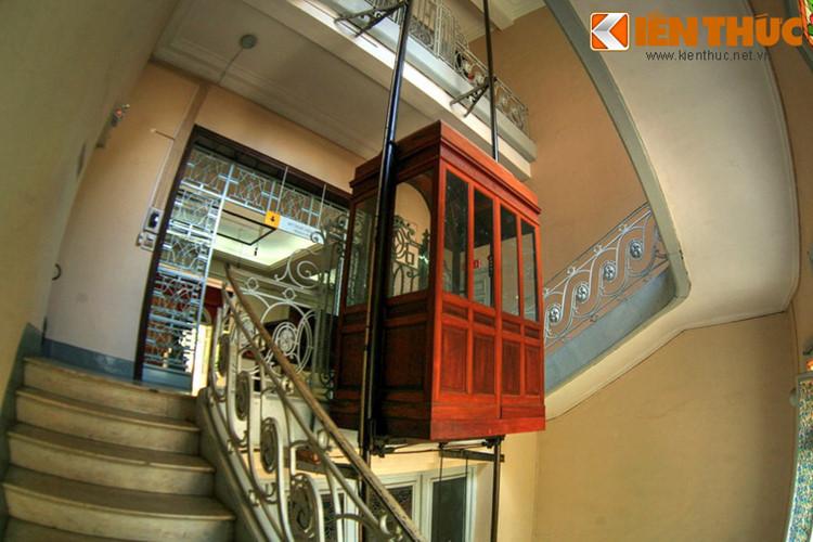 Đặc biệt, dinh thự chú Hỏa là một trong những công trình đầu tiên ở Sài Gòn có thang máy. Chiếc thang máy cổ xưa của công trình này vẫn còn hoạt động cho đến ngày nay.
