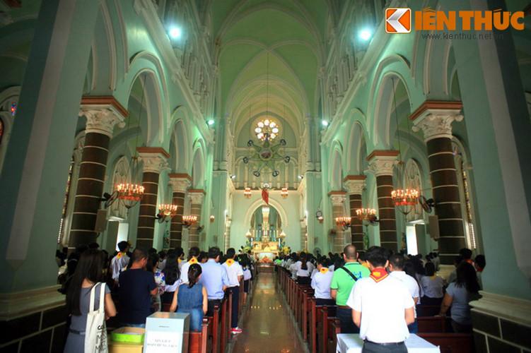 Ông Huyện Sỹ qua đời năm 1900 khi nhà thờ chưa xây dựng xong. Về sau khi vợ ông là bà Huỳnh Thị Tài mất năm 1920, người ta mới đưa hai ông bà chôn ở gian chái sau cung thánh của nhà thờ Huyện Sỹ.