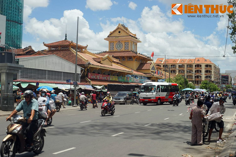 Nằm trên đường Tháp 10 thuộc quận 6, TP HCM, chợ Chợ Bình Tây là khu chợ nổi tiếng với lịch sử gần 100 năm và kiến trúc độc đáo của người Hoa ở đất Chợ Lớn xưa.