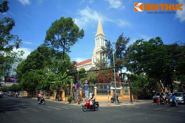 Tọa lạc tại số 1 đường Tôn Thất Tùng, quận 1, TP HCM, nhà thờ Huyện Sỹ là một trong những nhà thờ cổ nổi tiếng nhất Sài Gòn. Nhà thờ do ông bà Lê Phát Ðạt, tức Huyện Sỹ hiến đất và xuất 1/7 gia tài để xây dựng đầu thế kỷ 2
