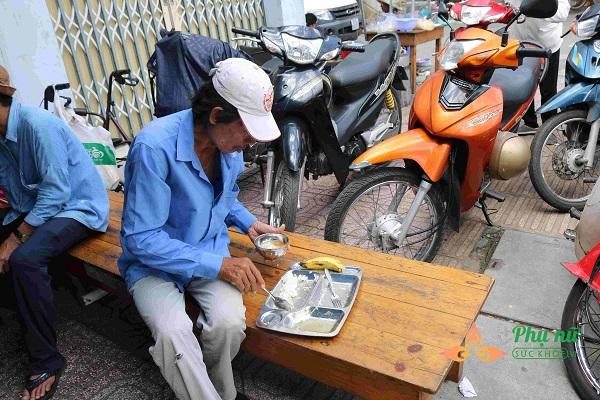 Những bữa cơm 2.000 đồng của quán đã làm ấm lòng người lao động nghèo về Sài Gòn mưu sinh - Ảnh: Mỹ Phụng