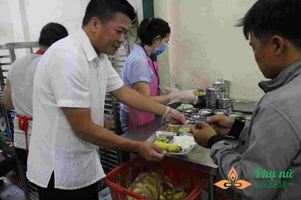 Quán cơm Nụ Cười thường xuyên tiếp đón những đoàn khách từ thiện đến thưởng thức bữa cơm 2.000 đồng cùng người dân - Ảnh: Mỹ Phụng