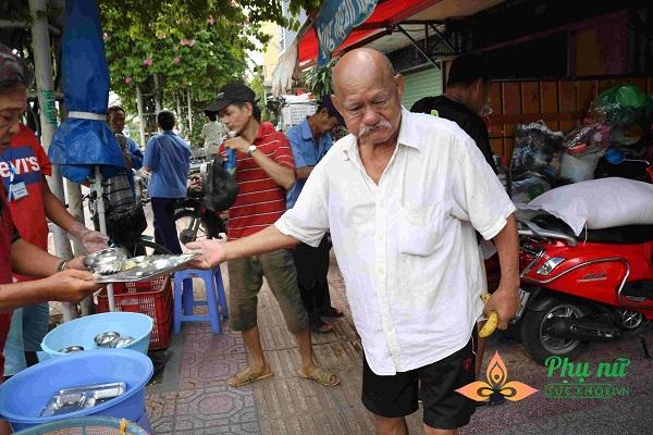 Nghĩa cử tương thân tương ái của người dân Sài Gòn nói riêng và người Việt nói chung vẫn được sẻ chia và lan tỏa khắp thành phố - Ảnh: Mỹ Phụng