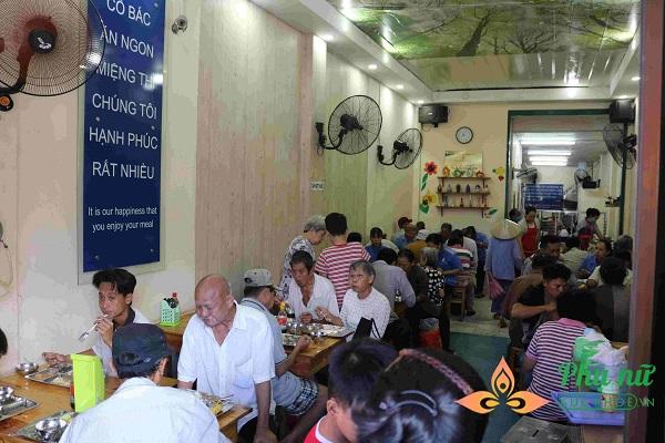 Nụ cười của người lao động nghèo đã trở thành tên của những quán cơm 2.000 đồng -  Ảnh: Mỹ Phụng