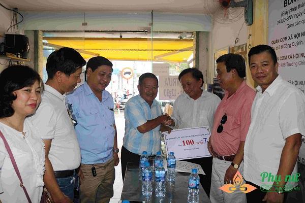 Hội ốp lát đá Sài Gòn trao tặng số tiền quyên góp tại quán cơm Nụ Cười 6 - Ảnh: Mỹ Phụng
