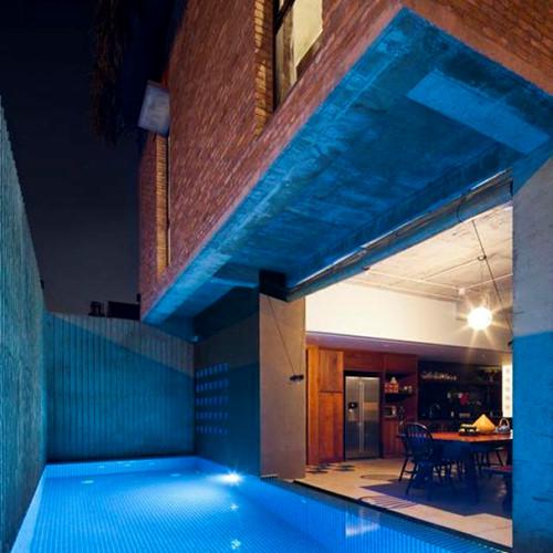 Căn nhà nằm trên diện tích đất 200 m2. Trong khuôn viên rộng lớn này còn được lắp đặt một bể bơi ngay cạnh phòng bếp