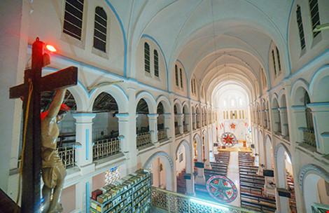 Toàn cảnh thánh đường nhìn từ tầng lửng