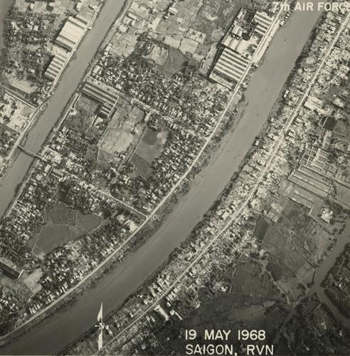 Khu vực phường 17 và phường 7 quận 8 ngày nay với kênh Lò Gốm (trái) và kênh Đôi (phải). Ảnh: Vietnam Center and Archive.