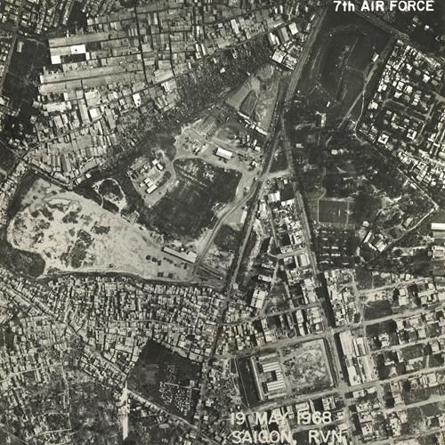 Đường Lạc Long Quân (trái) và đường Nguyễn Văn Thoại (nay là đường Lý Thường Kiệt). Khu đất lớn giữa hai con đường nay là chợ Tân Bình. Ảnh: Vietnam Center and Archive.