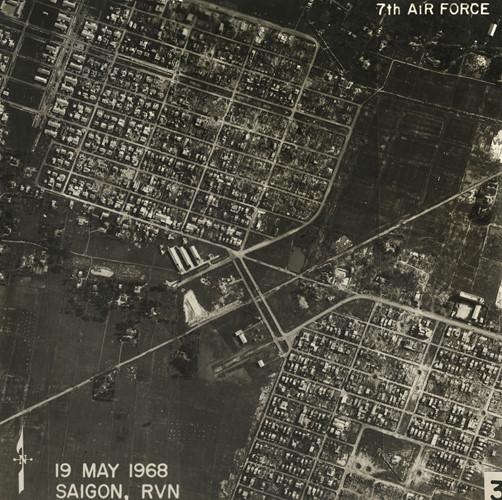 Các khu dân cư ở quận Tân Phú. Hai con đường cắt ngang bức ảnh nay là đường Thoại Ngọc Hầu và đường Thạch Lam. Ảnh: Vietnam Center and Archive